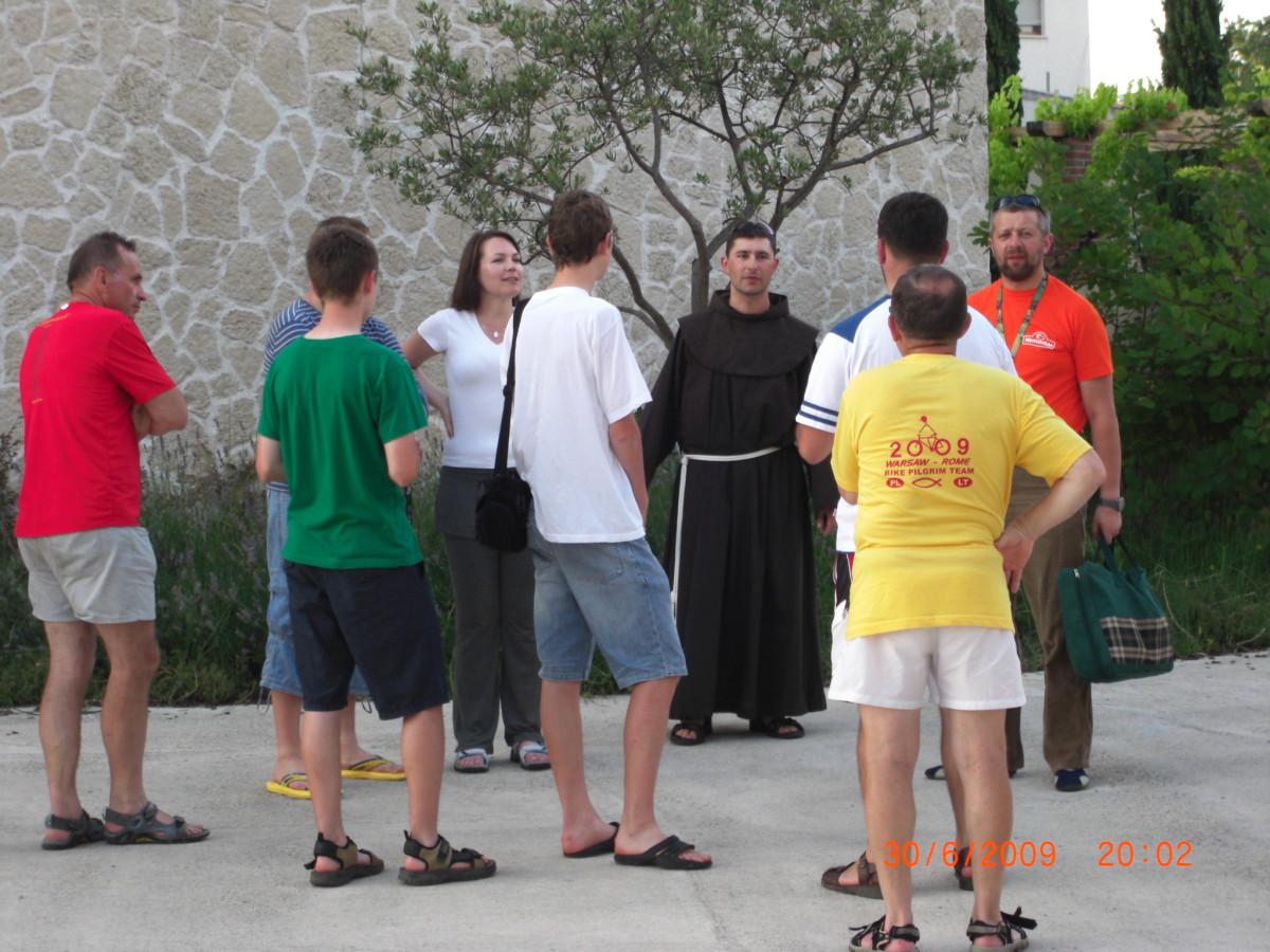 Asyż, Włochy w drodze do Rzymu z towarzyszącymi duchownymi